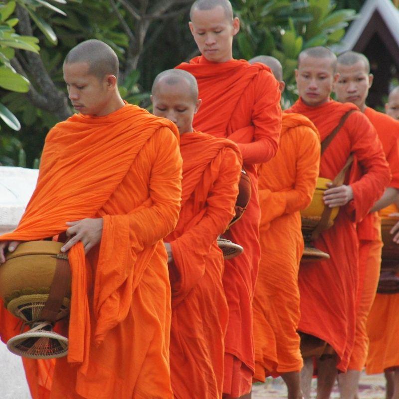 Luang Prabang et ses bonzes en croisière au Laos avec Via Dream